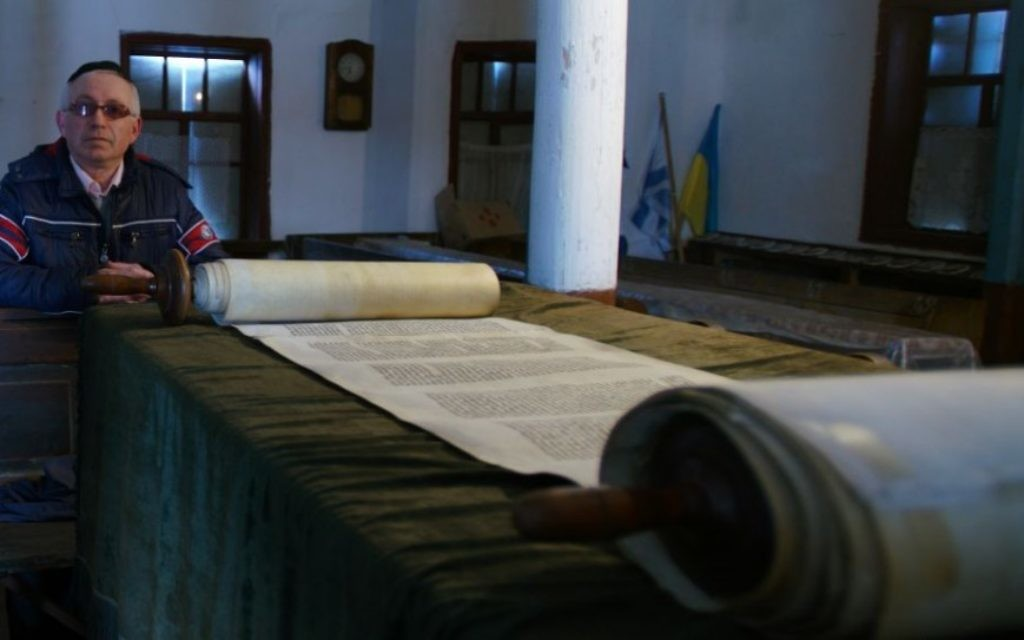 Yakov Sklarsky visite la synagogue de Bershad le 9 mars 2017 (Crédit :  Cnaan Liphshiz/JTA)