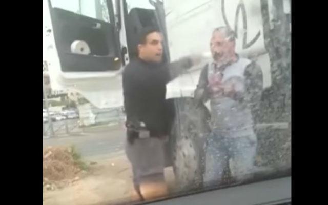 Moshe Cohen, de la force spéciale de police Yasam,filmé en train d'agresser un camionneur arabe, Mazen Shwieki, à Jérusalem, le 23 mars 2017. (Crédit : capture d'écran YouTube)