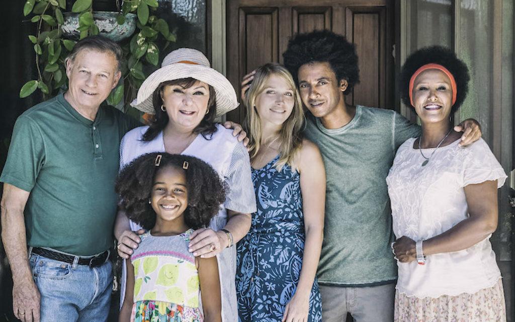 """Les acteurs de """"Nebsu"""", la première série israélienne diffusée en prime-time à présenter un personnage principal à la peau noire.  (Autorisation : Yosi Vasa via JTA)"""