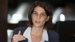 Yuli Novak, directrice exécutive de Breaking the Silence, pendant une conférence de presse à Tel Aviv, le 5 février 2016. (Crédit : Jack Guez/AFP)