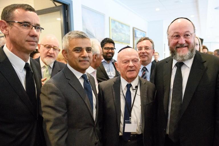De gauche à droite, l'ambassadeur israélien Mark Regev, le maire de Londres Sadiq Khan, le survivant de l'Holocauste Ben Helfgott et le grand rabbin Ephraim Mirvis des congrégations unies du Commonwealth lors de la commémoration de Yom HaShoah à Barnet, dans le nord de Londres, le 8 mai 2016 (Crédit : AFP PHOTO/LEON NEAL)