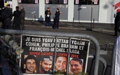Des gardes républicains devant l'HyperCacher de la porte de Vincennes, avant une cérémonie commémorant le 2e anniversaire de l'attentat mortel contre le magasin, le 5 janvier 2017. (Crédit : Christophe Archambault/AFP)