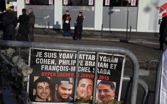 Des gardes républicains devant l'Hyper Cacher de la porte de Vincennes, avant une cérémonie commémorant le 2e anniversaire de l'attentat mortel contre le magasin, le 5 janvier 2017. (Crédit : Christophe Archambault/AFP)