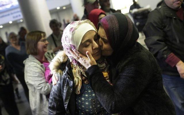 La réfugiée syrienne Baraa Haj Khalaf, à gauche, reçoit un baiser de sa mère  Fattoum Haj Khalaf lors de son arrivée à l'aéroport international  O'Hare International le 7 février 2017 à Chicago, dans l'Illinois. (Crédit : AFP/Joshua Lott)