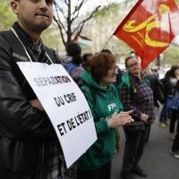 """Manifestation pour la """"séparation du CRIF et de l'Etat"""" et pour le boycott d'Israël sur la place du Châtelet, à Paris, le 1er avril 2017. (Crédit : Thomas Samson/AFP)"""