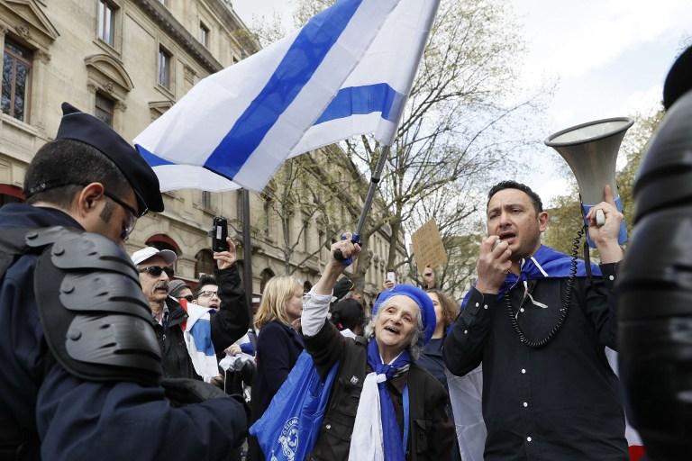 Contre-manifestation pro-israélienne pour protester contre les appels au boycott d'Israël sur la place du Châtelet, à Paris, le 1er avril 2017. (Crédit : Thomas Samson/AFP)