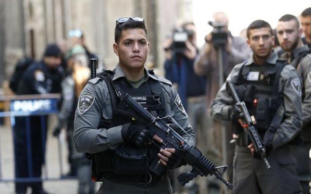 Les forces de sécurité dans la Vieille Ville de Jérusalem après une attaque au couteau qui a fait trois blessés, le 1er avril 2017. (Crédit : Thomas Coex/AFP)
