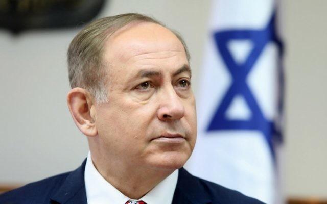 Le Premier ministre Benjamin Netanyahu pendant la réunion hebdomadaire du cabinet dans ses bureaux, le 2 avril 2017. (Crédit : Dan Balilty/Pool/AFP)