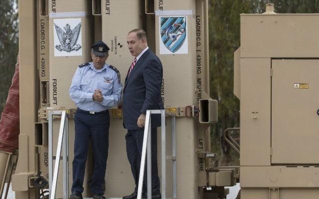 Le Premier ministre Benjamin Netanyahu, à droite, et le chef de l'armée de l'air, le général de division Amir Eshel, pendant l'inauguration du système Fronde de David, à la base aérienne Hatzor, le 2 avril 2017. (Crédit : Jack Guez/AFP)