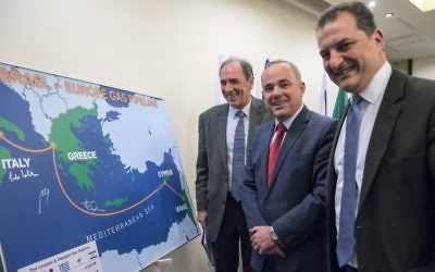 Yuval Steinitz, au centre, ministre de l'Energie, Yiorgos Lakkotrypis, à droite, ministre chypriote de l'Energie, du Commerce, de l'Industrie et du Tourisme, et Giorgos Stathakis, ministre grec de l'Economie, présentent le projet de plus long pipeline sous-marin au monde, à Tel Aviv, le 3 avril 2017. (Crédit : Jack Guez/AFP)