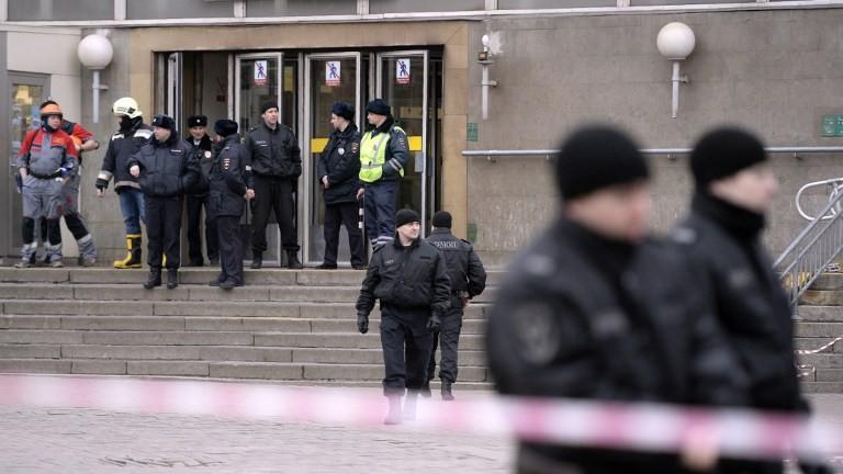 Des policiers devant une station après l'attentat du métro de Saint-Pétersbourg, le 3 avril 2017. (Crédit : Olga Maltseva/AFP)