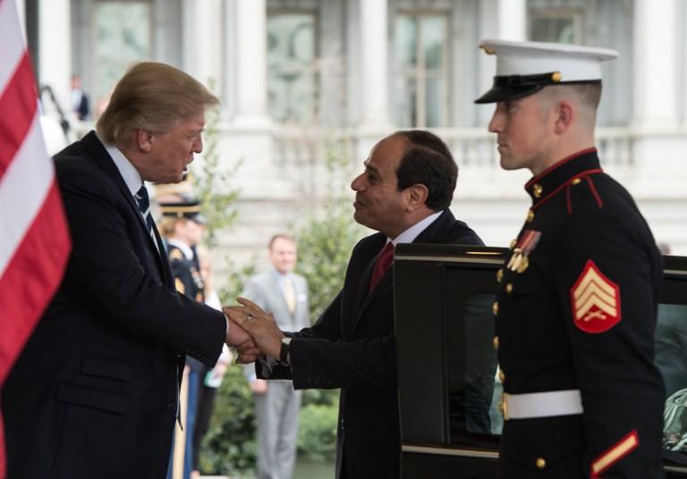 Le président américain Donald Trump, à gauche, avec son homologue égyptien, Abdel Fattah el-Sissi, à la Maison Blanche à Washington, D.C., le 3 avril 2017. (Crédit : Nicholas Kamm/AFP)
