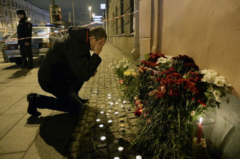 Hommage aux victimes de l'attentat du métro de Saint-Pétersbourg, le 3 avril 2017. (Crédit : Olga Maltseva/AFP)