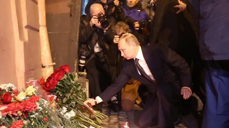 Le président russe Vladimir Poutine dépose des fleurs en mémoire des victimes de l'attentat du métro de Saint-Pétersbourg, le 3 avril 2017. (Crédit : AFP/STR)
