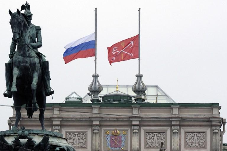 Le drapeau russe en berne sur l'Assemblée législative de Saint-Pétersbourg après un attentat dans le métro qui a fait au moins 14 morts, le 4 avril 2017. (Crédit : Olga Maltseva/AFP)