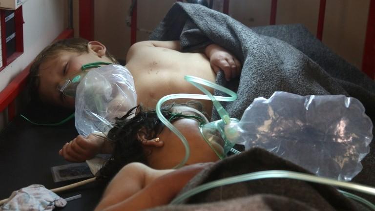 Des enfants syriens soignés après une attaque à l'arme chimique présumée à Khan Sheikhun, une ville tenue par les rebelles de la province d'Idleb, le 4 avril 2017. (Crédit : Mohamed al-Bakour/AFP)