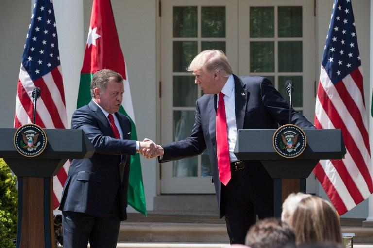 Le roi Abdallah II de Jordanie en conférence de presse avec le président américain Donald Trump à la Maison Blanche, le 5 avril 2017. (Crédit : Nicholas Kamm/AFP)