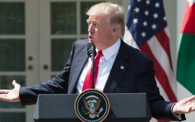 Le président américain Donald Trump lors d'une conférence de presse dans la Roseraie de la Maison Blanche, le 5 avril 2017. (Crédit : Nicholas Kamm/AFP)