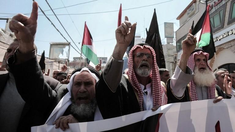 Des partisans palestiniens du groupe terroriste du Jihad islamique participent à une manifestation dans la ville de Khan Yunis, dans le sud de la bande de Gaza, le 7 avril 2017. (Crédit : Said Khatib/AFP)
