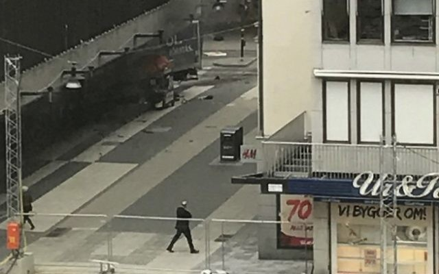 Une camionnette s'est écrasée dans le grand magasin Ahlens, Ahlens, à Drottninggatan, dans le centre de Stockholm, le 7 avril 2017 (Crédit : AFP / TT News Agency / Andreas Schyman)