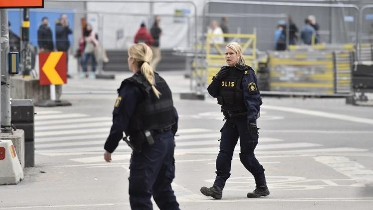 Les policiers sur les lieux où un camion s'est écrasé dans le grand magasin Ahlens à Drottninggatan, dans le centre de Stockholm, le 7 avril 2017. (cR2DIT / AFP / TT News Agency / Noella Johannson)