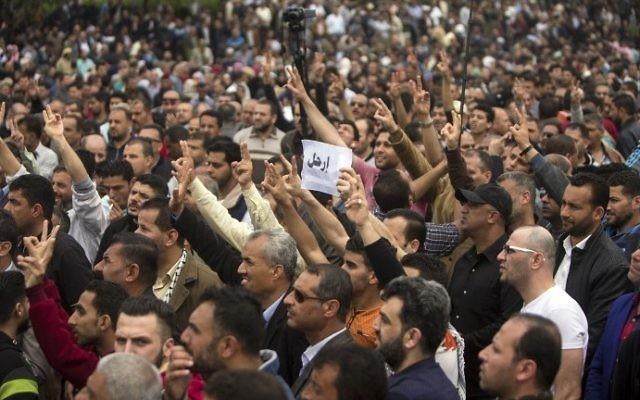 Des Palestiniens employés par l'Autorité palestinienne pendant une manifestation contre la réduction de leurs salaires dans la ville de Gaza, le 8 avril 2017. (Crédit : Mahmud Hams/AFP)