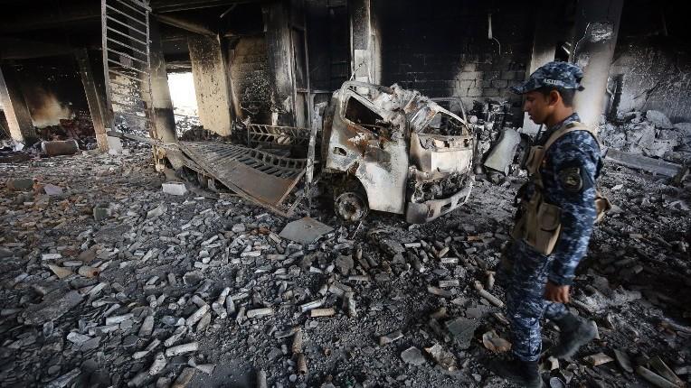 Les forces irakiennes dans un bâtiment endommagé de la vieille ville de Mossoul ouest, le 8 avril 2017. (Crédit : Ahmad Al-Rubaye/AFP)