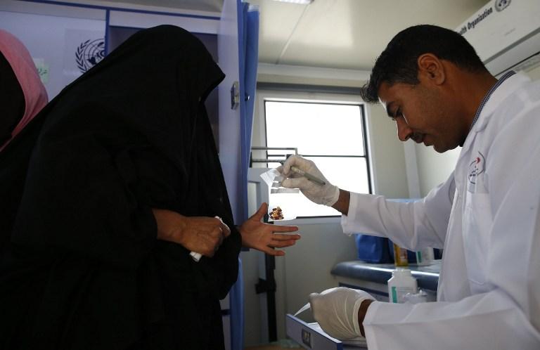 Une Irakienne qui a fui la vieille ville de Mossoul avec un médecin, dans le quartier Al-Tayaran de la ville, le 8 avril 2017. (Crédit : Ahmad Gharabli/AFP)