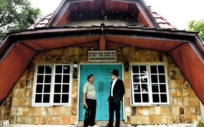 Cette photographie prise le 17 février 2017 montre le rabbin indonésien Yaakov Baruch (à droite) qui parle à un membre de la communauté juive à une synagogue à Tondano, au nord de Sulawesi, sur l'île des Célèbes en Indonésie (Crédit : BAY ISMOYO / AFP)