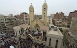 Rassemblement devant l'église Mar Girgis de Tanta, dans le delta du Nil égyptien, après un attentat qui a fait au moins 30 morts le jour du dimanche des Rameaux, le 9 avril 2017. (Crédit : Khaled Desouki/AFP)