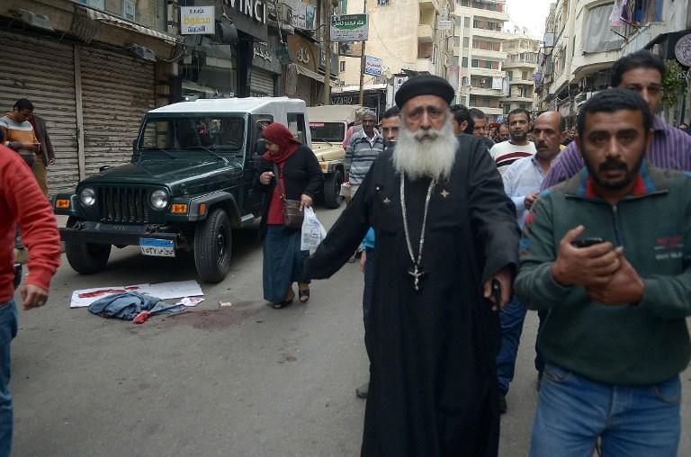 Des Egyptiens fuient le site d'un attentat terroriste dans une église copte d'Alexandrie, en Egypte, le jour du dimanche des Rameaux, le 9 avril 2017. (Crédit : AFP/STRINGER)