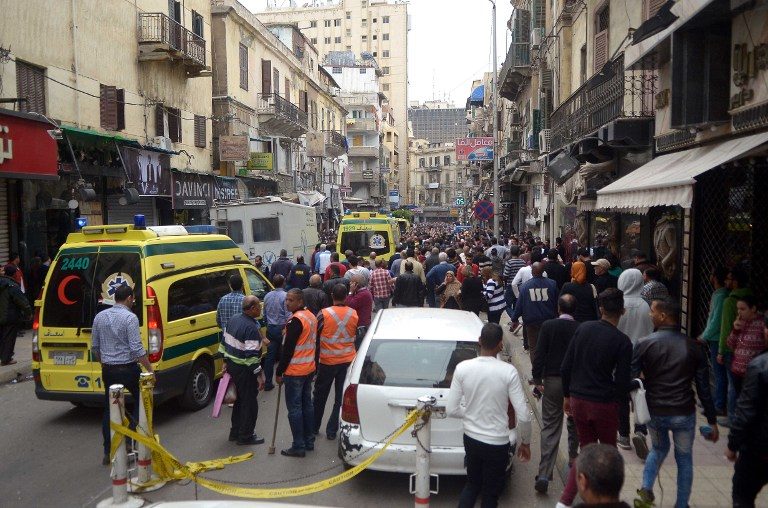 Les forces de sécurité et les secouristes sur le site d'un attentat terroriste dans une église copte d'Alexandrie, en Egypte, le jour du dimanche des Rameaux, le 9 avril 2017. (Crédit : AFP/STRINGER)