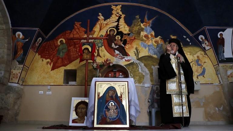 L'archevêque Joseph-Jules Zerey,bénit les étudiants étrangers du Bethlehem Icon Center pendant leur cours, dans la ville biblique de Bethléem, en Cisjordanie, le 11 avril 2017. (Crédit : Thomas Coex/AFP)