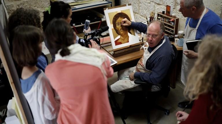 Ian Knowles, au centre, le directeur britannique du Bethlehem Icon Center, conseille ses étudiants étrangers pendant leur cours, dans la ville biblique de Bethléem, en Cisjordanie, le 11 avril 2017. (Crédit : Thomas Coex/AFP)