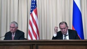 Sergueï Lavrov, ministre russe des Affaires étrangères, à droite, et son homologue américain Rex Tillerson, pendant une conférence de presse à Moscou, le 12 avril 2017. (Crédit : Alexander Nemenov/AFP)