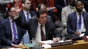 Vladimir Safronkov, représentant de la Russie, appose son veto à une résolution condamnant l'utilisation présumée d'armes chimiques en Syrie au Conseil de sécurité des Nations unies, à New York, le 12 avril 2017. (Crédit : Kena Betancur/AFP)