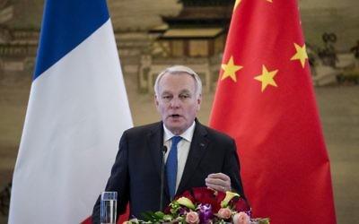 Le ministre français des Affaires étrangères, Jean-Marc Ayrault, lors d'une conférence de presse avec son homologue chinois Wang Yi à Pékin, le 14 avril 2017. (Crédit : Fred Dufour/AFP)