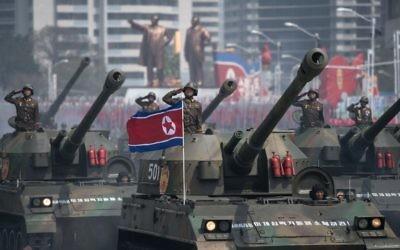Les tanks de l'armée nord-coréenne pendant une parade militaire commémorant le 105e anniversaire de Kim Il-Sung, à Pyongyang, en Corée du Nord, le 15 avril 2017. (Crédit : Ed Jones/AFP)