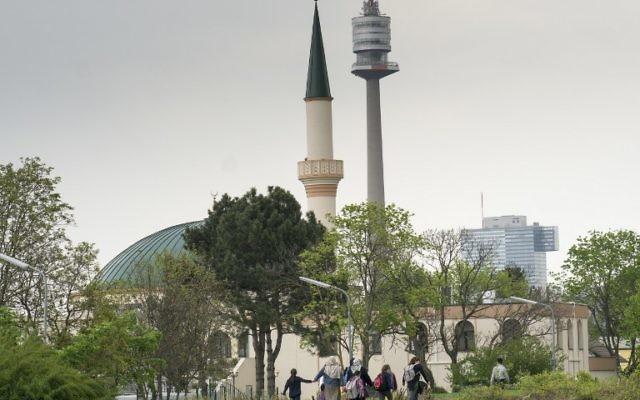 Des femmes musulmanes avec des enfants devant la mosquée du Centre islamique de Vienne, en Autriche, le 14 avril 2017. (Crédit : Joe Klamar/AFP)