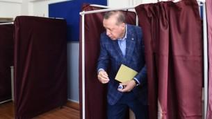 Le président turc Recep Tayyip Erdogan vote au référendum du 16 avril 2017, à Istanbul. (Crédit : Ozan Kose/AFP)
