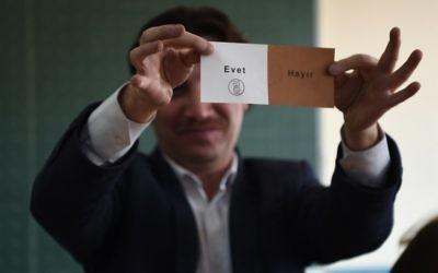 """Un vote """"oui"""" après la fermeture des bureaux de vote pour le référendum en Turquie, le 16 avril 2017. (Crédit : Ozan Kose/AFP)"""