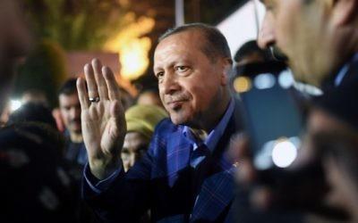 Le président turc Recep Tayyip Erdogan, au centre, pendant un rassemblement au siège de son parti, à Istanbul, suite à l'annonce des résultats du référendum du 16 avril 2017. (Crédit : Bulent Kilic/AFP)