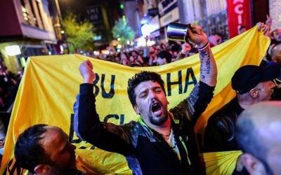 """Manifestation des partisans du """"non"""" au référendum turc à Istanbul, le 16 avril 2017. (Crédit : Yasin Akgul/AFP)"""