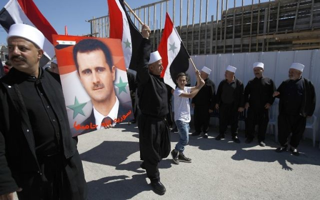 Des habitants druzes du Golan pendant une manifestation commémorant l'indépendance de la Syrie, à Massaadeh, le 17 avril 2017. (Crédit : Jalaa Marey/AFP)