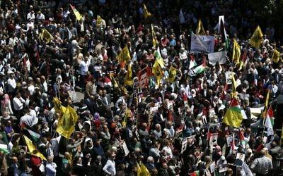 Manifestation de soutiens aux prisonniers palestiniens à Ramallah, en Cisjordanie, le 17 avril 2017. (Crédit : Abbas Momani/AFP)