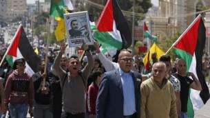 Manifestation de solidarité avec les prisonniers palestiniens en grève de la faim à Bethléem, en Cisjordanie, le 17 avril 2017. (Crédit : Ahmad Gharabli/AFP)