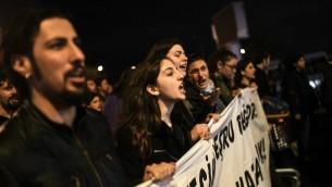 """Des partisans de la campagne du """"non"""" en Turquie manifestent et chantent des slogans durant un défilé organisé dans le district de Kadikoy d'Istanbul le 17 avril 2017 (Crédit : Bulent Kilic/AFP)"""