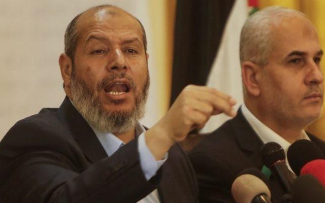Khalil al-Hayya, cadre du Hamas, pendant une conférence de presse à Gaza Ville, le 18 avril 2017. (Crédit : Mahmud Hams/AFP)