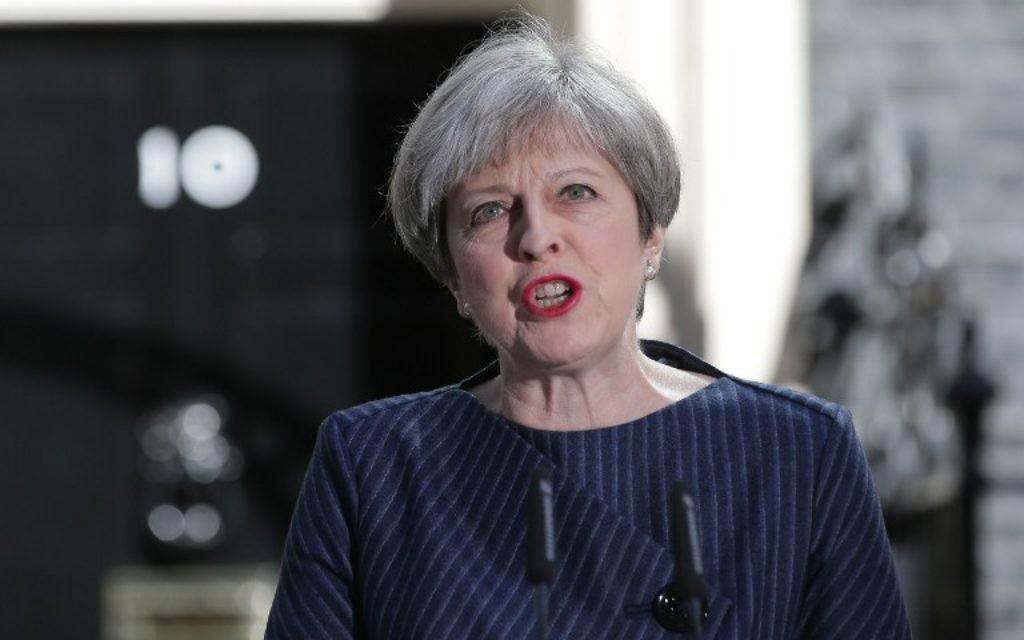 La Première ministre britannique Theresa May devant le 10 Downing Street, à Londres, le 18 avril 2017. (Crédit : Daniel Leal-Olivas/AFP)