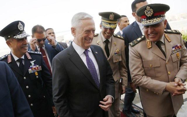 Sedki Sobhi, à droite, ministre égyptien de la Défense et son homologue américain James Mattis, au centre, à l'aéroport international du Caire, le 20 avril 2017. (Crédit : Jonathan Ernst/Pool/AFP)
